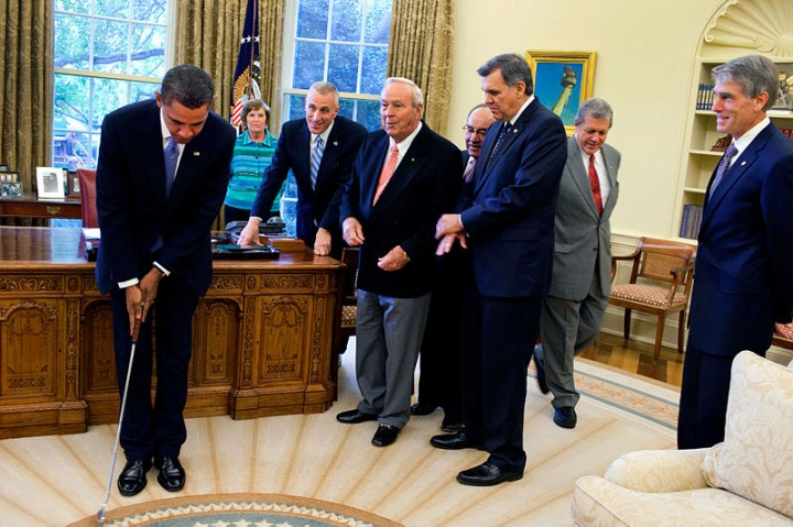 800px-Barack_Obama_takes_a_practice_putt_in_the_Oval_Office