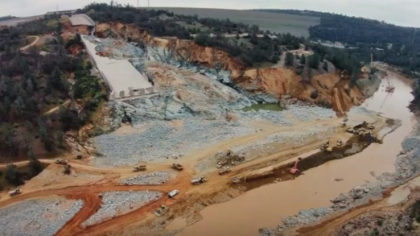 Video: Lake Oroville Dam Update 3-4-2017 Power Plant Shuts Down, Riverbanks Collapse